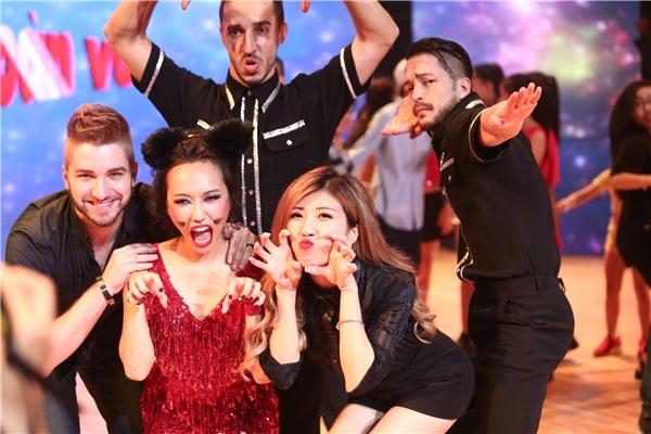 Ngay khi liveshow vừa kết thúc, Trang Pháp đã lên sân khấu chia vui cùng các thí sinh. - Tin sao Viet - Tin tuc sao Viet - Scandal sao Viet - Tin tuc cua Sao - Tin cua Sao