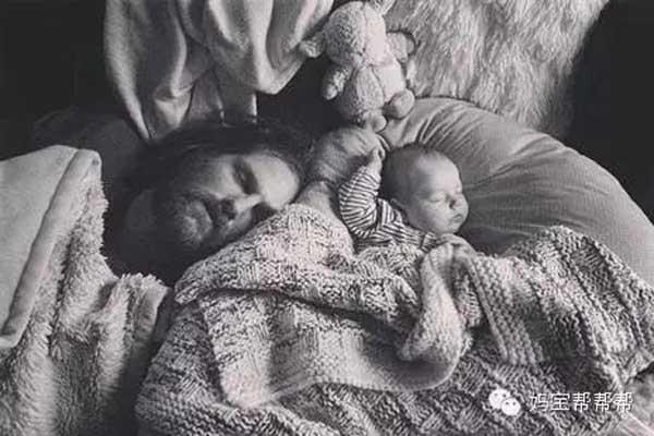 Bốnằm ngủ bên cạnh con.