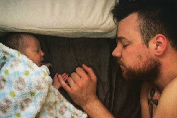 Bố con mình cùng ngoắc tay, bố sẽ bảo vệ con suốt đời.