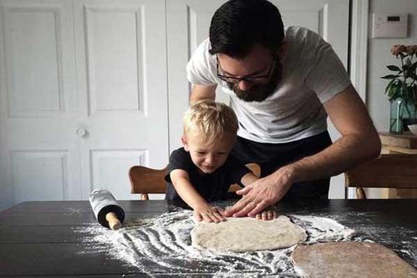 Bố thay mẹ dạy con làm bánh.