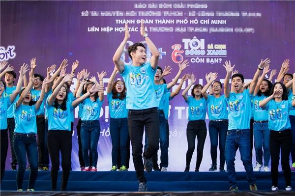 Với sự cổ vũ nhiệt tình, Quang Đăngluôn nở nụ cười tươi rói và tương tác cùng các bạn sinh viên giúp cho phần biểu diễn thêm sôi động và náo nhiệt. - Tin sao Viet - Tin tuc sao Viet - Scandal sao Viet - Tin tuc cua Sao - Tin cua Sao