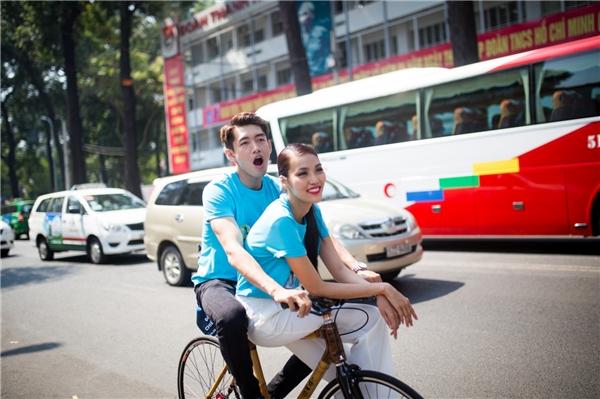 Sau buổi lễ ra quân, Quang Đăng cùng Lan Khuê và hàng trăm chiến sĩ trẻ đạp xe quanh các tuyến đường của trung tâm thành phố. - Tin sao Viet - Tin tuc sao Viet - Scandal sao Viet - Tin tuc cua Sao - Tin cua Sao
