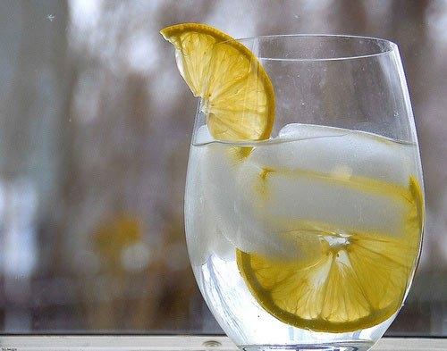 Hỗn hợp nước chanh muối sẽ giúp bạn giảm chứng đau nửa đầu hiệu quả.
