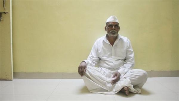 Cha của bác sĩ Ganesh – ông Adinath Vithal Rakh, hoàn toàn ủng hộ sáng kiến miễn viện phí cho trường hợp sinh bé gái.(Ảnh: BBC)