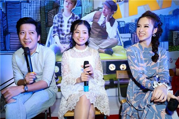 Cảhai nữ diễn viên chính trong bộ phim Taxi, em tên gì?là Angela Phương Trinh và Khánh Hiền đềuđồng quan điểm cho rằng Trường Giang là một nghệ sĩ khá đào hoa và được rất nhiều cô gái yêu thích. - Tin sao Viet - Tin tuc sao Viet - Scandal sao Viet - Tin tuc cua Sao - Tin cua Sao