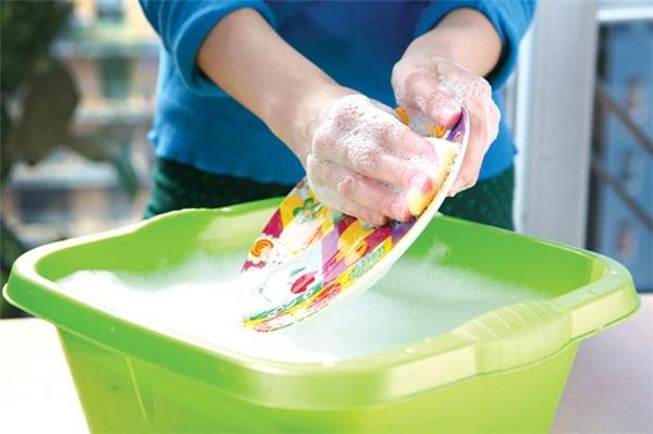 Không nên rửa bát bằng tay không. (Ảnh: Internet)