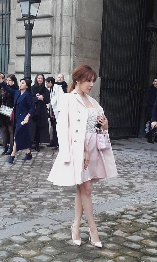 """Paris Fashion Week còn chứng kiến sự """"xâm lấn"""" của các tín đồ thời trang là những ngôi sao châu Á. Những năm trước có: Phạm Băng Băng, Châu Tấn, Chương Tử Di, Củng Lợi, Bing Bang, Song Hye Kyo… Năm nay, mới giữa mùa, mà sự xuất hiện của Tiffany SNSD trong show Dior ngày 4/3 đã làm lu mờ nhiều ngôi sao đến từ Mỹ hay đang hiện diện ở nước Pháp."""