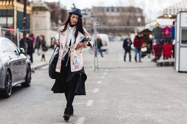 Tại Paris, có cả những người mẫu trẻ Việt Nam cũng bắt đầu kiếm cơ hội được trình diễn. Người mẫu Thùy Trang - top 4 Vietnam Next Top Model 2011 mới đến Pháp được mấy hôm. Cô đang đôn đáo ngược xuôi 3 lần casting mỗi ngày.