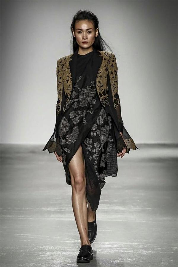 Và đến hôm nay, cô sải bước catwalk đầy tự tin, khoác trên mình những thiết kế rất trau truốt của nhà thiết kế người gốc Ấn Độ - Rahul Mishra khiến những người con đất Việt càng tự hào hơn. Đây thực sự là một tín hiệu đáng mừng.