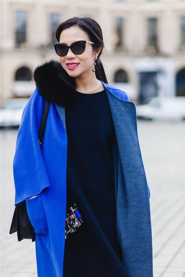 """Bà Lưu Nga - người sáng lập một thương hiệu thời trang lớn tại Việt Nam cũng có mặt tại Paris trong những ngày này. Bà cho biết: """"Pháp, Ý là cái nôi thời trang thế giới và sự phát triển là hiển nhiên. Trong khi đó, châu Á là nơi đang phát triển. Vài năm nay, thời trang Hàn Quốc, Nhật Bản đã đạt đến độ tinh xảo. Chính vì vậy, sau Hàn Quốc, Nhật Bản sẽ là Trung Quốc, Việt Nam, Thái Lan. Đây là những làn sóng thời trangđều có thể hi vọng được"""". Bà Lưu Nga thổ lộ đang tính đến việc mở showroom tại kinh đô thời trang sôi động nhất thế giới này."""