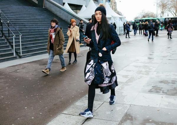 Thùy Trang có thể được xem là một trong những nhân tố nổi bật nhất. Hiện tại, cô đang tiếp tục hành trình chinh phục những sàn diễn trong khuôn khổ Paris Fashion Week 2016. Vừa qua, chân dài đến từ Việt Nam đã lọt vào mắt xanh biên tập viên của tạp chí thời trang hàng đầu thế giới Vogue. Cô diện thiết kế cầu kì, bắt mắt của nhà thiết kế Võ Công Khanh.