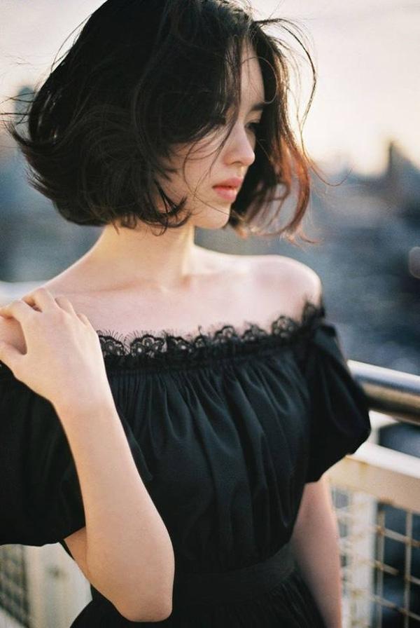 Uốn xoăn toàn bộ mái tóc không chỉ tạo hiệu ứng tóc dày hơn mà còn giúp gương mặt cũng như phong cách của bạn thêm hiện đại và sang chảnh hơn nhiều.
