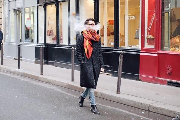 Áo măng tô, áo khoác nỉ luôn là lựa chọn hàng đầu giữa tiết trời lạnh của thủ đô Paris. Từng mảng màu được Hoàng Ku chọn phối khá ăn ý.