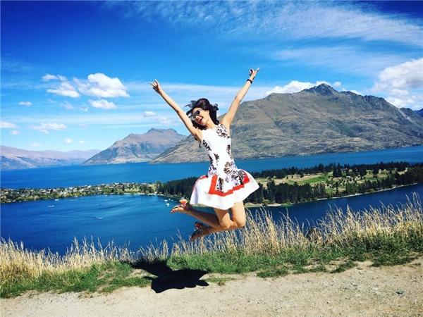 Người đẹp đất cảng còn thích thú nhảy cao lên giữa khung trời thơ mộng của đất nước New Zealand. - Tin sao Viet - Tin tuc sao Viet - Scandal sao Viet - Tin tuc cua Sao - Tin cua Sao