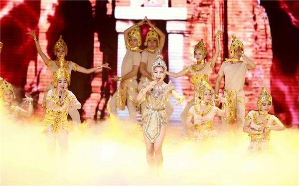 Cả hai còn phô bày kĩ thuật nhảy chuyên nghiệp bên cạnh dàn vũ công hùng hậu. Tiết mục đã nhận được sự hưởng ứng lớn từ phía khán giả. - Tin sao Viet - Tin tuc sao Viet - Scandal sao Viet - Tin tuc cua Sao - Tin cua Sao