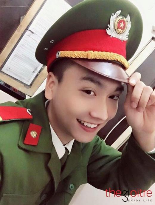 Một 'fan cuồng' của Trung Anh chia sẻ: 'Trời ơi! Trung Anh cười duyên quá. Nụ cười chết người mất thôi. Bị thích cái răng khểnh của anh cảnh sát này quá'.