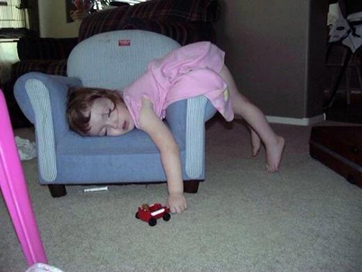 Đang chơi thì cơn buồn ngủ đến bất chợt.