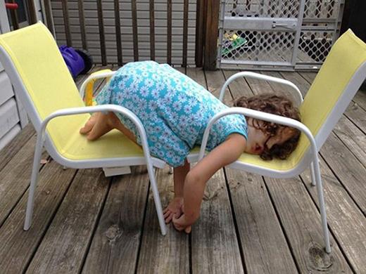 Nhóc tì nằm ngủ mà cũng phải tạo dáng 'độc'.