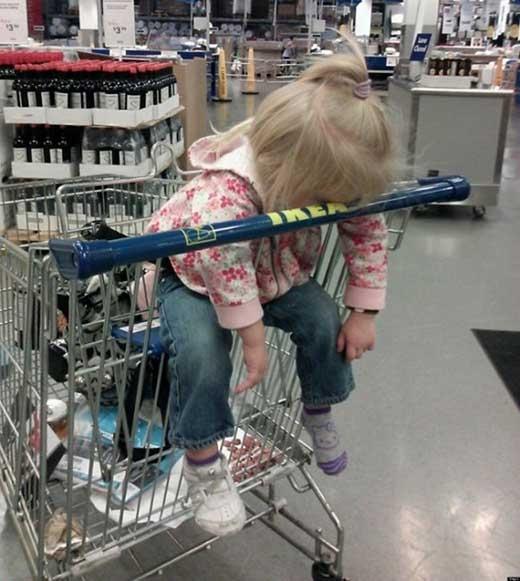 Đi siêu thị không có chỗ nghỉ nên ngồi xe hàng 'đánh giấc' cho đã.