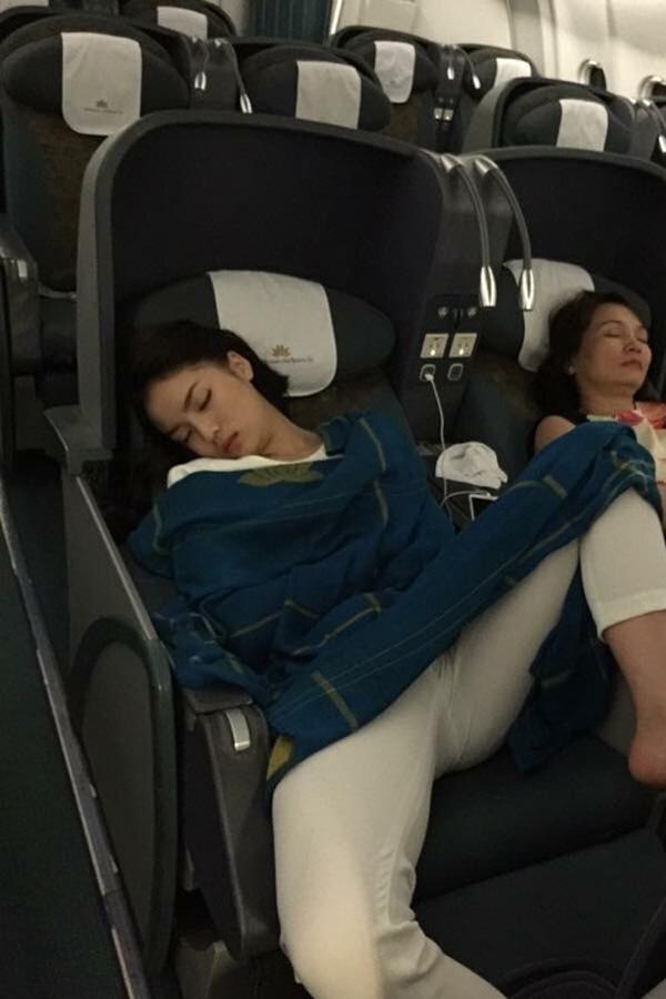 Hình ảnh Kỳ Duyên ngồi gác chân ngủ trên máy bay bị mang ra mổ xẻ rất gay gắt. Tuy nhiên bức ảnh này cũng tạo ra nhiều ý kiến trái chiều người cho rằng đó là quyền riêng tư của cô, kẻ thì chê bai dáng ngồi vô duyên, khó đỡ. - Tin sao Viet - Tin tuc sao Viet - Scandal sao Viet - Tin tuc cua Sao - Tin cua Sao