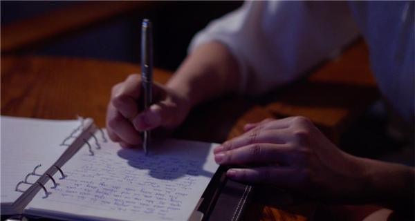 """Mở màn MV với phân đoạn dỗ dành con gái đang khóc trong đêm khuya, sau đó Maya bắt đầu hé lộ nhật kí làm mẹ đầy xúc động của mình bằng tâm sự: """"Tôi chỉ là một trong số những bà mẹ không có một nửa của đời mình ở bên cạnh. Khi lần đầu sinh con, niềm vui duy nhất khi con đã ngủ say là cầm cây bút viết nên những dòng thay đổi từng ngày. Tôi đã rơi những giọt nước mắt khi nghe tiếng khóc chào đời của con. Tôi muốn gửi tặng các bà mẹ đơn thân ca khúc này như là sự sẻ chia, sự đồng cảm vô bờ bến…"""". - Tin sao Viet - Tin tuc sao Viet - Scandal sao Viet - Tin tuc cua Sao - Tin cua Sao"""