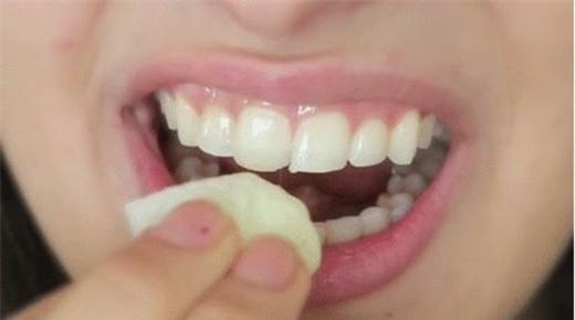 Lấy bông tẩy trang thấm vào hỗn hợp rồi chà nhẹ lên răng khoảng 3 phút. Sau đó thì súc miệng với nước lọc.