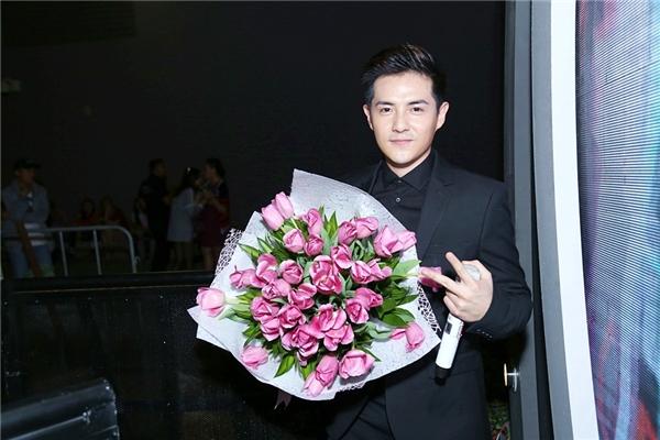 Trong lúc bạn gái đang say sưa hát trên sân khấu thì ở dưới hậu trường, Ông Cao Thắng đã chuẩn bị một bó hoa tulip màu hồng thật đẹp - Tin sao Viet - Tin tuc sao Viet - Scandal sao Viet - Tin tuc cua Sao - Tin cua Sao