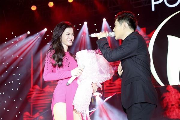 """Ngay sau đó, """"cặp đôi vàng"""" của showbiz cùng nắm tay nhau hát vang ca khúc Ta là của nhau trong sự cổ vũ của mọi người. - Tin sao Viet - Tin tuc sao Viet - Scandal sao Viet - Tin tuc cua Sao - Tin cua Sao"""