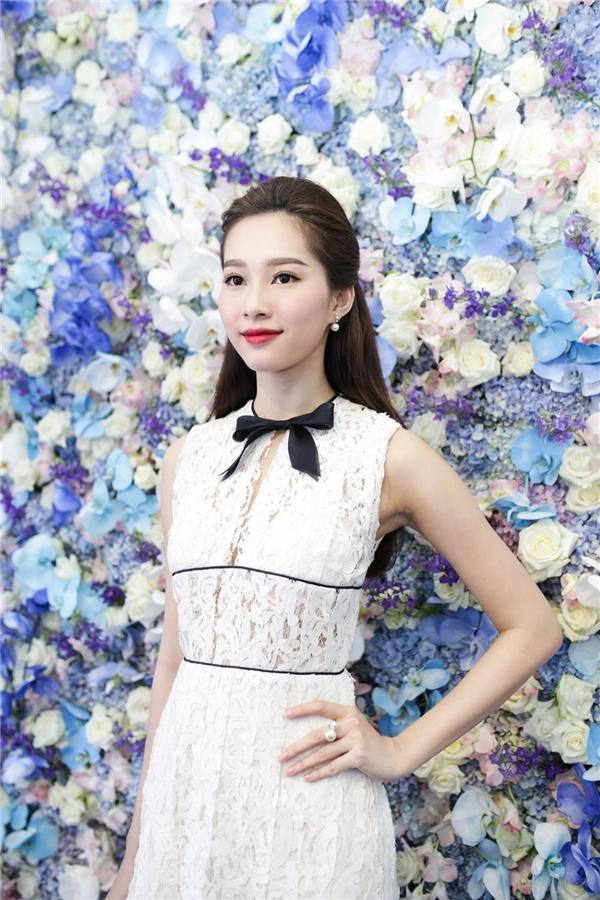 Xuất hiện tại sự kiện, Hoa hậu Việt Nam 2012 thu hút bởi nhan sắc tươi trẻ không tì vết. - Tin sao Viet - Tin tuc sao Viet - Scandal sao Viet - Tin tuc cua Sao - Tin cua Sao