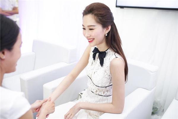 Hoa hậu Việt Nam 2012 Đặng Thu Thảo là một trong những khách mời đặc biệt trong ngày hội Hoa lan tỏa sắc. - Tin sao Viet - Tin tuc sao Viet - Scandal sao Viet - Tin tuc cua Sao - Tin cua Sao