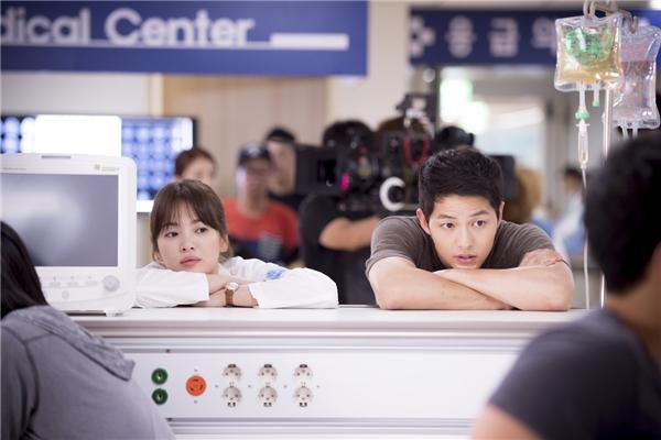 """Ngay từ lần cham mặt đầu tiên, đại úy Yoo Shi Jin (Song Joong Ki) đã phải lòng nữ bác sĩ Kang Mo Yeon (Song Hye Kyo) xinh đẹp nhưng lại bị hiểu lầm là giang hồ. Cả ngày hôm đó anh phải vất vả chứng tỏ thân phận của bản thân và gây ấn tượng với người đẹp nhờ đoạn clip ghi lại hình ảnh """"gặp chuyện bất bình ra tay tương trợ""""."""
