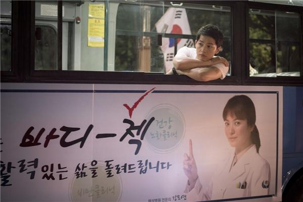 Rất nhanh sau khi chạm mặt, Yoo Shi Jin đã đề nghị Kang Mo Yeon trở thành bác sĩ điều trị riêng cho mình, dù công việc của cô chỉ là… sát trùng vết thương giúp anh.