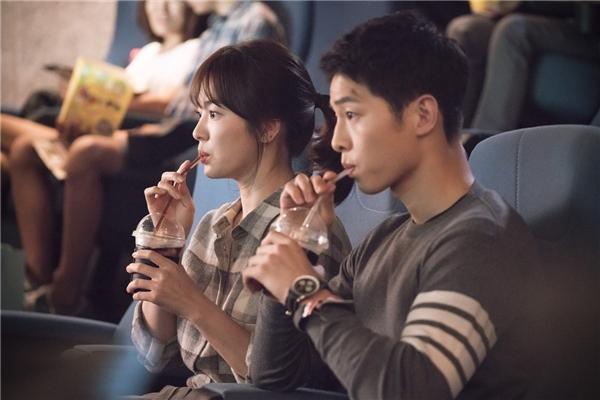 """Đây là phân cảnh Yoo Shi Jin được mời đến nhà Kang Mo Yeon trước buổi hẹn xem phim. Cô nàng bác sĩ hài hước cố tình đặt nến đằng sau để tăng hiệu ứng sắc đẹp. Tuy nhiên, Kang Mo Yeon bị cho """"leo cây"""" về cuộc gọi triệu tập của Yoo Shi Jin. Cả hai diễn viên lên hình đã đẹp, ảnh tĩnh còn lung linh hơn gấp vạn lần khiến khán giả thích thú."""