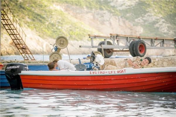 Dù phải ghi hình trong thời tiết khắc nghiệt nắng nóng nhưng Song Joong Ki và Song Hye Kyo vẫn vui vẻ cười đùa. Mĩ nam họ Song ga lăng che nắng cho đàn chị trong một phân cảnh trên đảo.