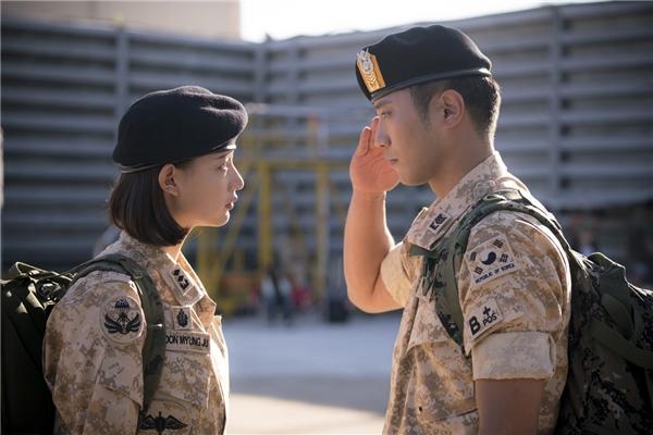 Bên cạnh tình yêu sét đánh của cặp đôi chính, chuyện tình buồn của chàng trung sĩ lạnh lùng Seo Dae Young (Jin Goo) và nữ quân y xinh đẹp Yoon Myung Joo (Kim Ji Won) cũng được khán giả quan tâm không kém.