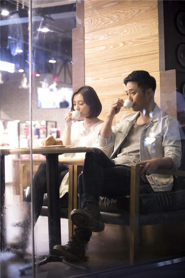 Giây phút thảnh thơi trong hội trường của cặp đôi phụ khi ghi hình phân cảnh hẹn hò tại quán cà phê.
