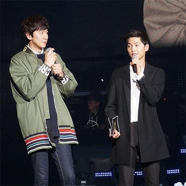 Song Joong Ki và Lee Kwang Soo rủ nhau đến ủng hộ Kim Jong Kook