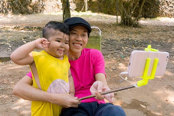 Tuy chỉ mới 4 tuổi, nhưng Ku Tin rất ngoan và thông minh. Cậu bé cũng rất được lòng nhiều nghệ sĩ nổi tiếng, trong đó có NSƯT Hoài Linh.