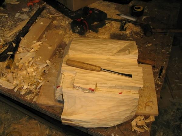 Ngày thứ ba, ông bắt đầu công việc với những dụng cụ sắc nhọn hơn để mang đến cho tác phẩm đường nét rõ ràng hơn. Tuy nhiên cũng vì vậy mà Rosenthal đã sơ ý bị thương khi say mê thực hiện tác phẩm. Vệt màu đỏ trên khối gỗ chính là máu của Rosenthal đấy.(Ảnh: Randall Rosenthal)