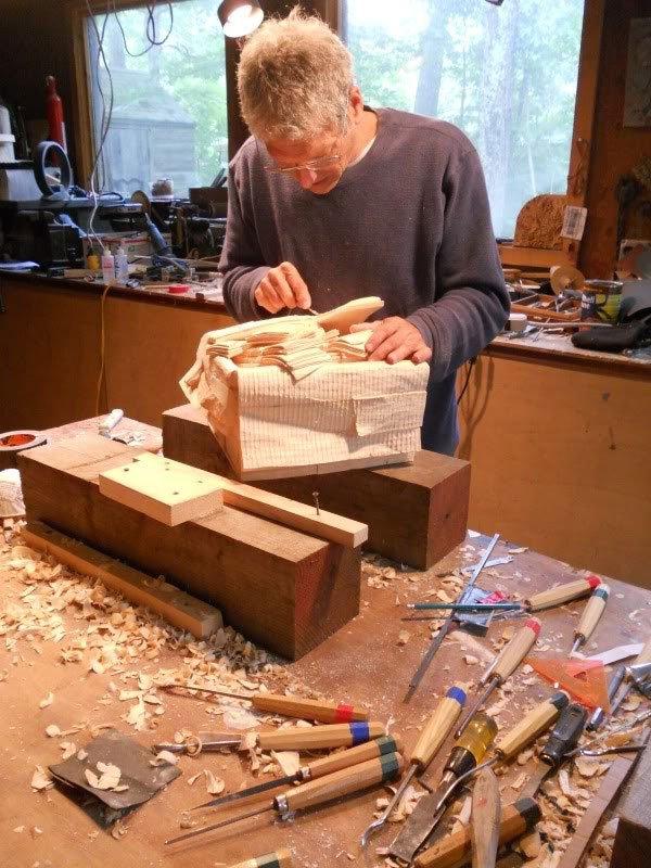 """Randall Rosenthal chăm chú bên tác phẩm của mình. Ông chia sẻ: """"Tôi rất háo hức khi bắt đầu thực hiện tác phẩm này. Từng chi tiết của chiếc thùng hiện rõ trong đầu và tôi chỉ việc biến nó thành hiện thực. Có khi tôi cắt trúng tay mà không hay biết, cho đến khi thấy máu dính trên khối gỗ"""".(Ảnh: Randall Rosenthal)"""