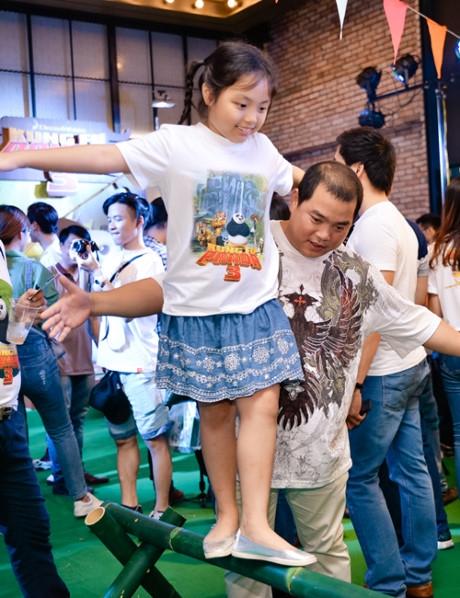 Minh Khang cẩn thận đỡ con gái Suti khi cô bé chơi giữ thăng bằng. - Tin sao Viet - Tin tuc sao Viet - Scandal sao Viet - Tin tuc cua Sao - Tin cua Sao