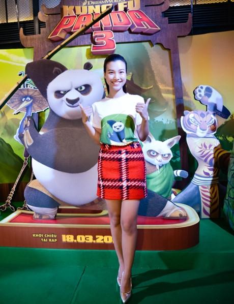 Á hậu Hoàng Oanh khoe dáng đẹp bên các nhân vật hoạt hình dễ thương. - Tin sao Viet - Tin tuc sao Viet - Scandal sao Viet - Tin tuc cua Sao - Tin cua Sao