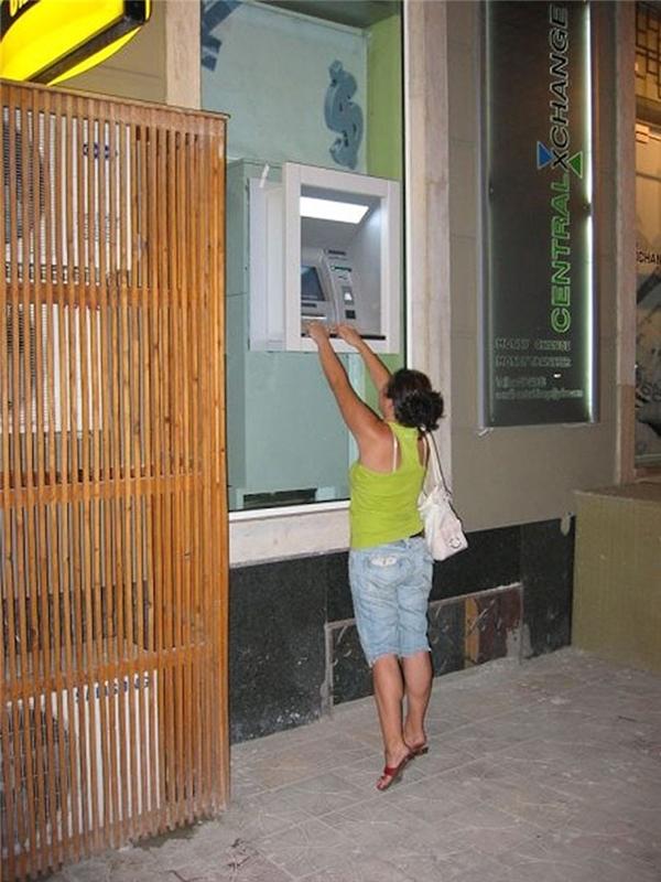 """Lắp đặt ATM cao lên đi, ai lùn """"chết chìm""""...(Ảnh: Internet)"""