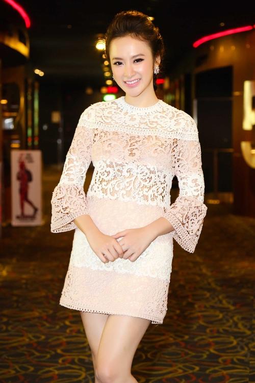 Angela Phương Trinh ngọt ngào với sắc trắng kết hợp màu hồng nude thanh lịch, trẻ trung.