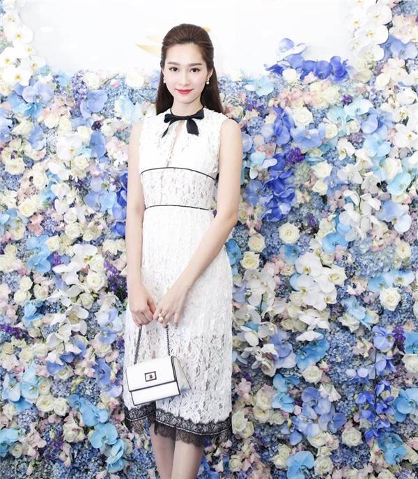 Trên nền vải ren mềm truyền thống, chiếc váy của Hoa hậu Đặng Thu Thảo được tạo điểm nhấn bởi những đường gấp nếp, xếp li liên tục.