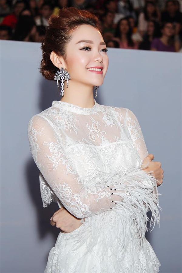 Bộ váy của Minh Hằng còn kết hợp thêm cả chất liệu lông mềm mại, điệu đà. Nữ ca sĩ như thiên thần bước ra từ những câu chuyện thần thoại Tây phương.