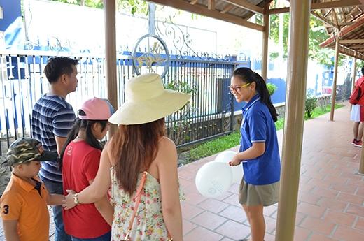 Học sinh TAS làm hướng dẫn hành trình tham quan trường.