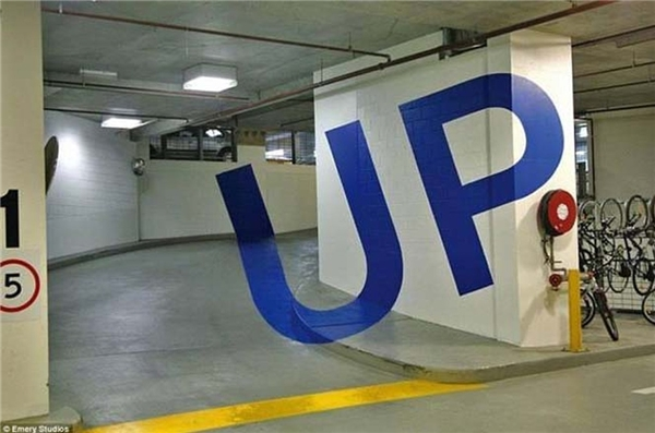 Chữ Up được vẽ tại bãi đỗ xe hơi ở tòa nhà Eureka tại Melbourne, Úc. (Ảnh: Internet)