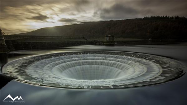Lỗ tháo nước ngăn tràn đập tại Ladybower Reservoir, Anh. (Ảnh: Muz Muzzymuz)