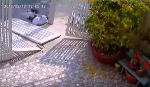 Sau khi bị cánh cửa lớn đè lên người, hắn vội vã bỏ trốn nhưng lại ngã lăn vì chân đã bị thương. (Ảnh: Cắt từclip)